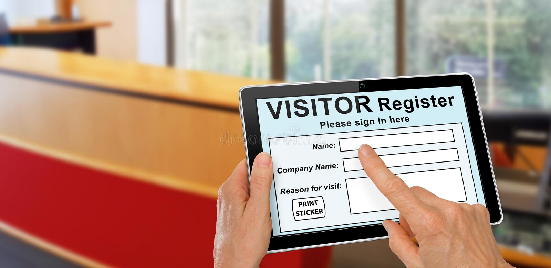 Посетитель, заполняющий регистрационную форму на планшете компьютера стоковые фотографии rf