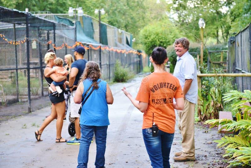 Посетители волонтера заповедника лачуги Флориды catty стоковые изображения rf