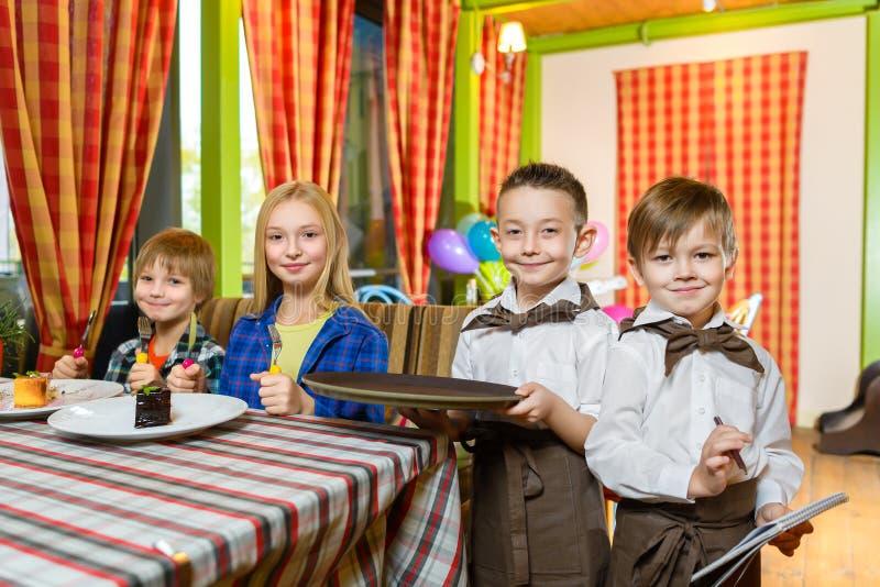 Посетители и кельнеры на ресторане или кафе стоковое фото