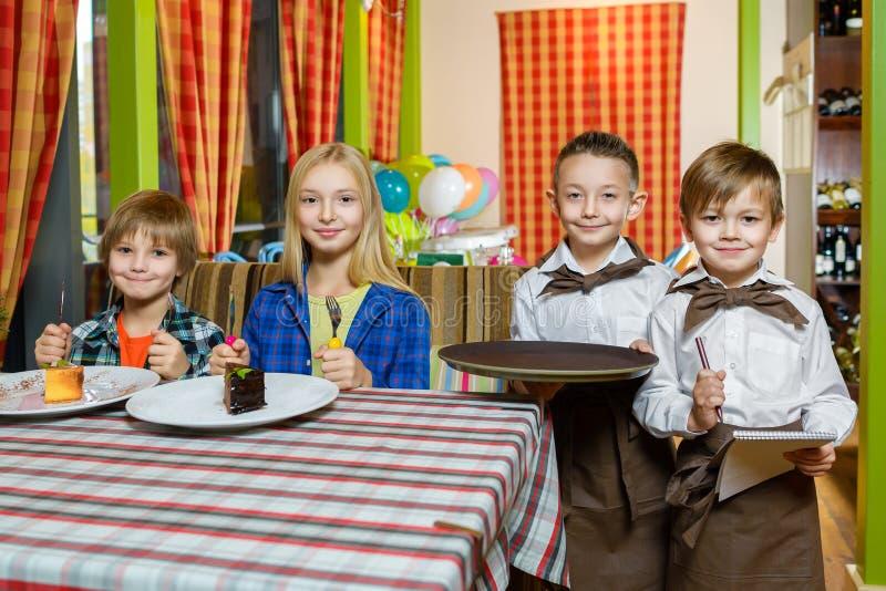 Посетители и кельнеры на ресторане или кафе стоковое фото rf