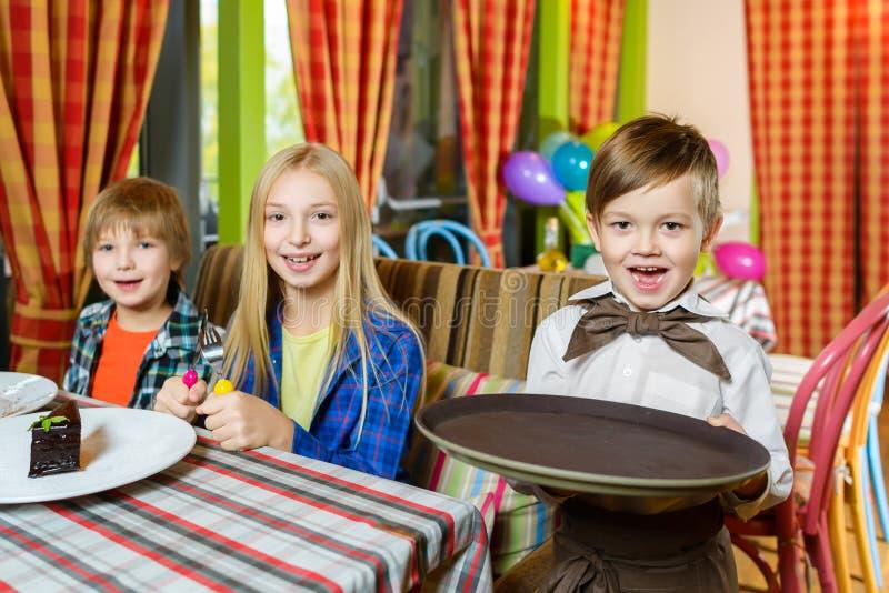Посетители и кельнеры на ресторане или кафе стоковая фотография rf