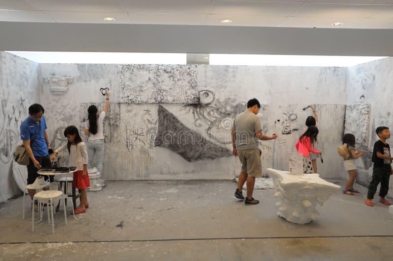 Посетители крася на стене на доступном искусстве справедливое 2017 в Сингапуре стоковое изображение