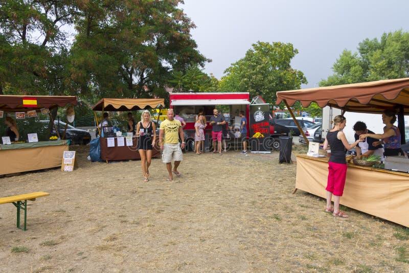 Посетители к популярной перекрестной еде улицы сжимают фестиваль в Праге, зону еды Holesovice стоковая фотография