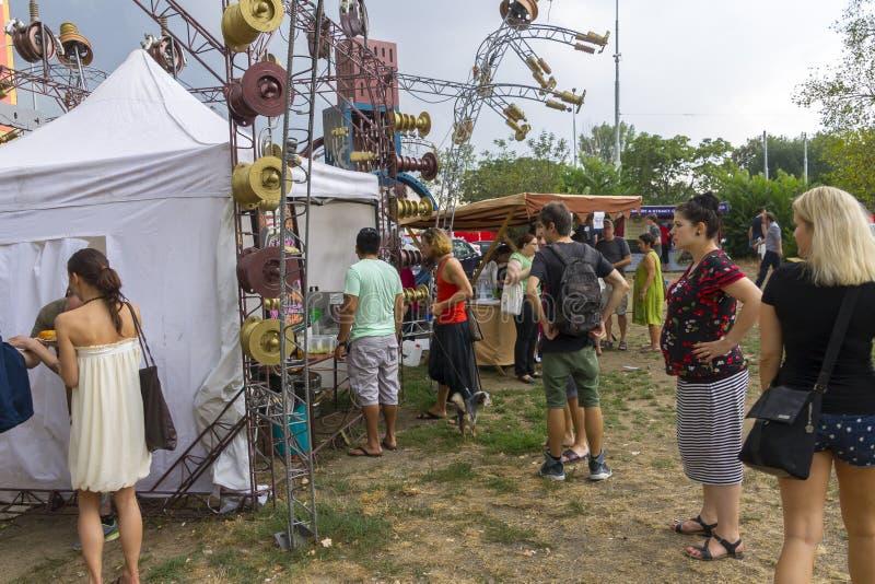 Посетители к популярной перекрестной еде улицы сжимают фестиваль в Праге, зону еды Holesovice стоковое изображение