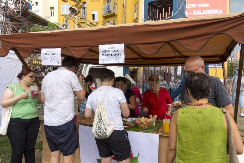 Посетители к популярной перекрестной еде улицы сжимают фестиваль в Праге, зону еды Holesovice стоковое изображение rf