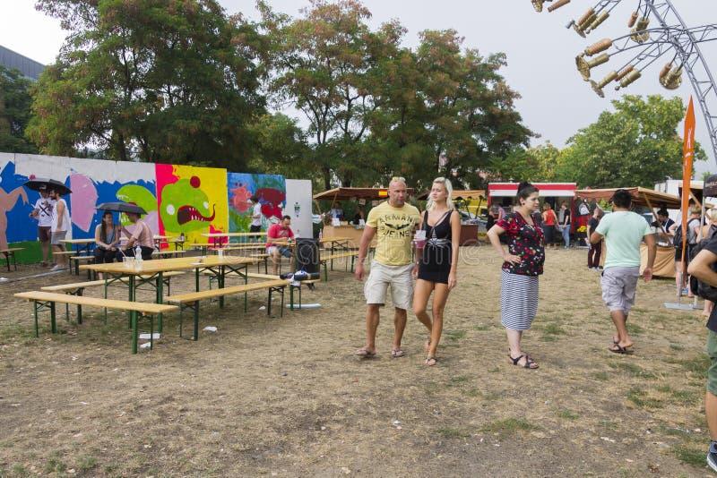 Посетители к популярной перекрестной еде улицы сжимают фестиваль в Праге, зону еды Holesovice стоковые изображения rf