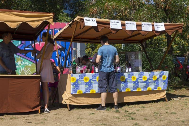 Посетители к популярной перекрестной еде улицы сжимают фестиваль в Праге, зону еды Holesovice стоковое фото rf