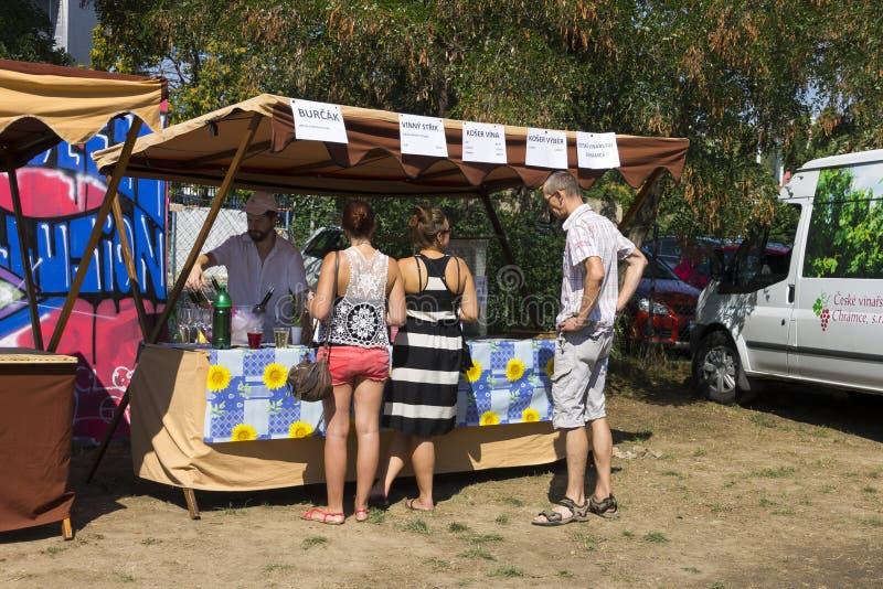 Посетители к популярной перекрестной еде улицы сжимают фестиваль в Праге, зону еды Holesovice стоковое фото