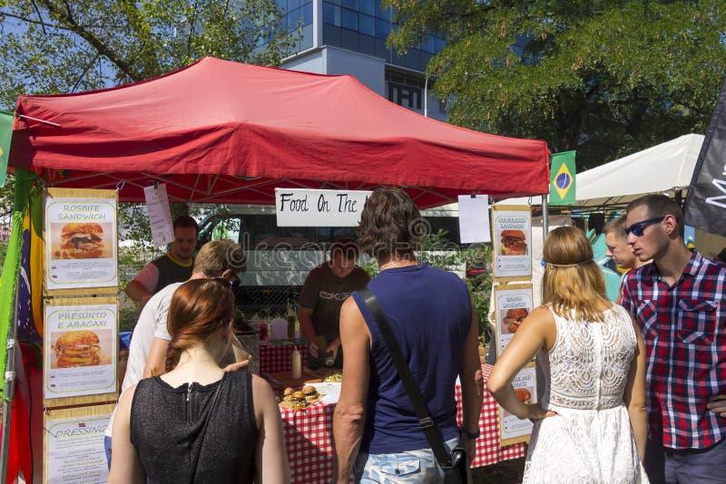 Посетители к популярной перекрестной еде улицы сжимают фестиваль в Праге, зону еды Holesovice стоковые фотографии rf