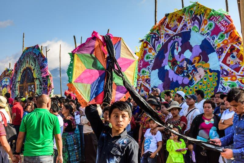 Посетители на гигантском фестивале змея, всем дне Святых, Гватемале стоковые фото
