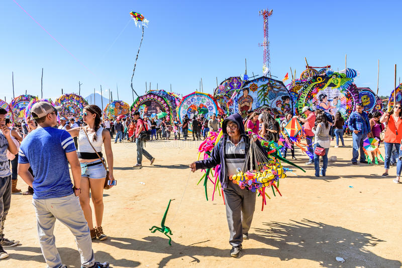 Посетители на гигантском фестивале змея, всем дне Святых, Гватемале стоковая фотография