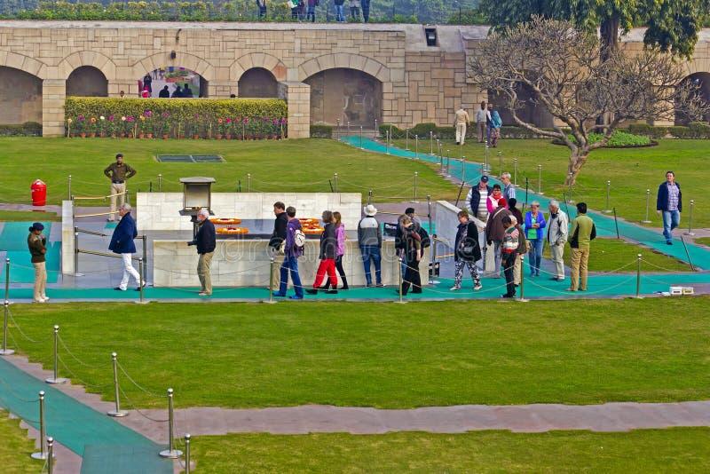 Посетители на мемориале Махатма Ганди стоковое фото rf