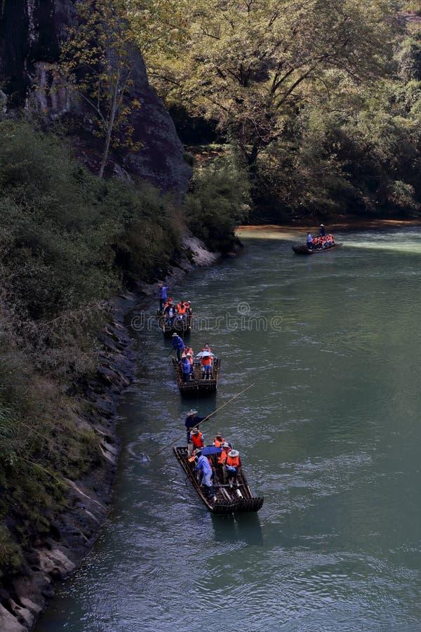 Посетители принимают бамбуковый сплоток перемещаясь в гору Wuyi стоковые изображения rf