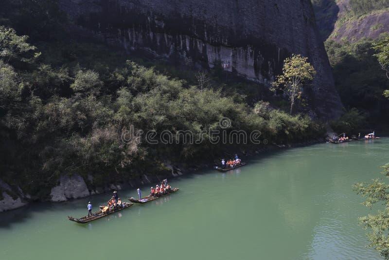 Посетители принимают бамбуковый сплоток перемещаясь в завихрения и поворот Wuyi горы лестницы стоковое фото rf