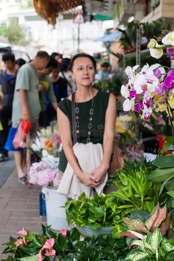 Посетитель женщины от цветочного магазина Гонконга. стоковые фото