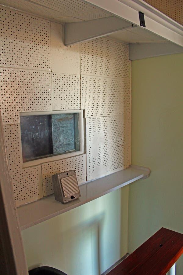 Посещая клетка, тюрьма на острове Robben, Кейптауне, Южной Африке стоковое изображение