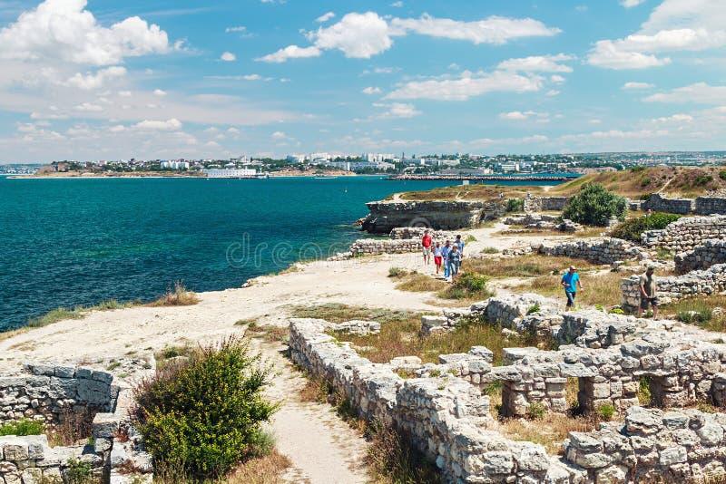 Посещая руины туристов старые древнего города Chersones стоковые фотографии rf