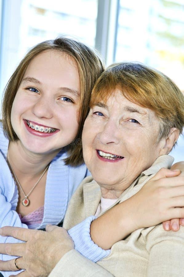 посещение бабушки внучки стоковые фото