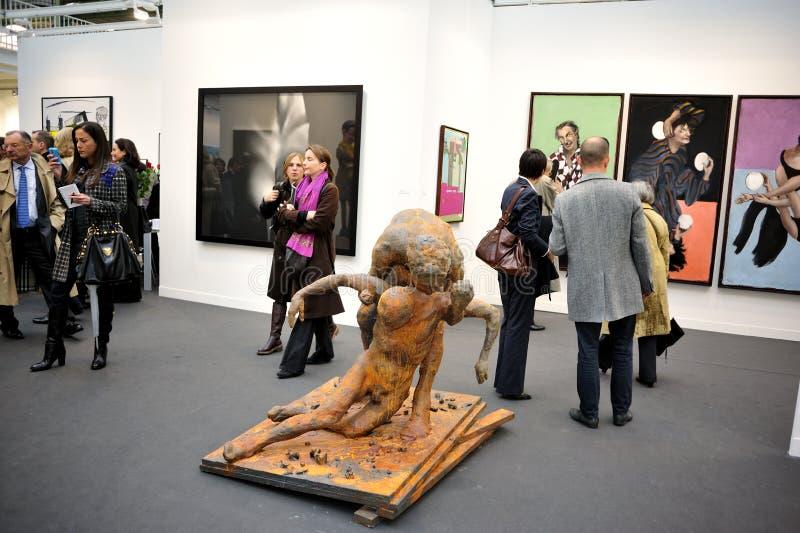 посещение людей художественной галереи стоковое фото