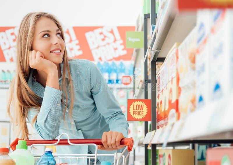Посещение магазина бакалеи на супермаркете стоковое изображение rf