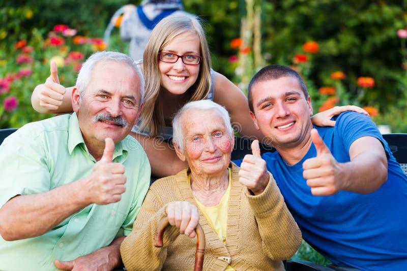 Посещение семьи в доме престарелых стоковые изображения
