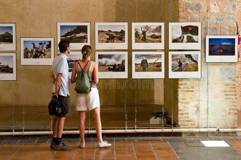 посещение фото людей выставки стоковые изображения rf