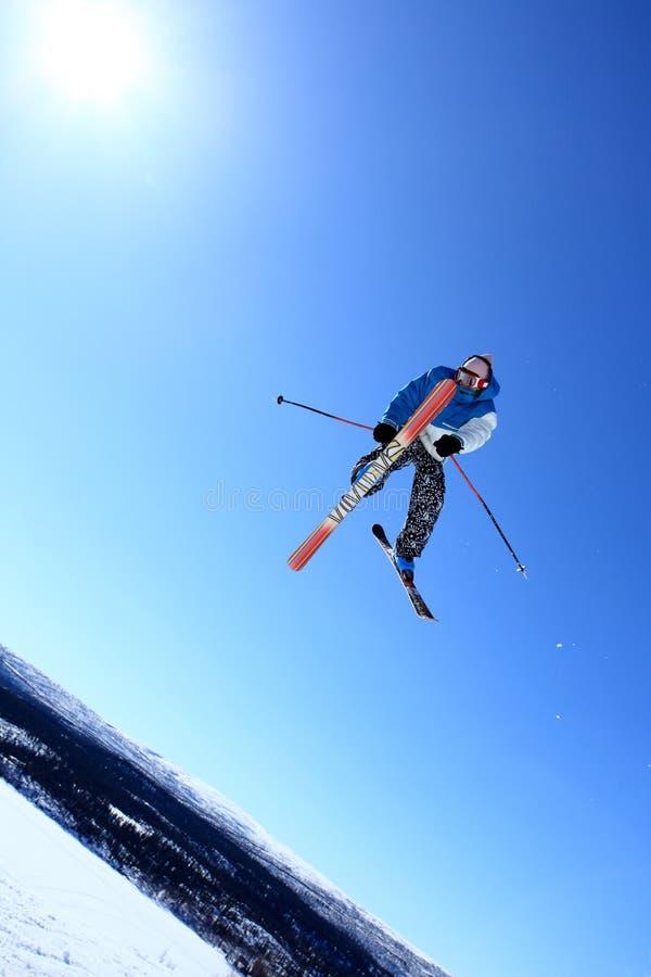Download поскачите лыжа стоковое изображение. изображение насчитывающей выпечки - 18377329