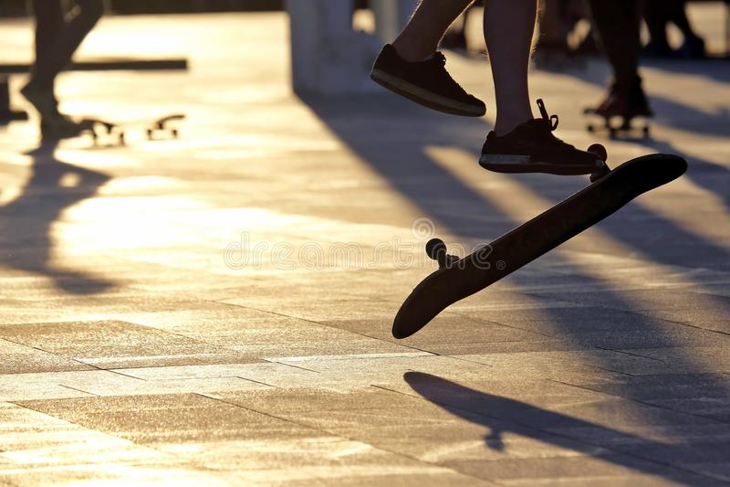 Поскачите молодой человек на скейтборде стоковая фотография