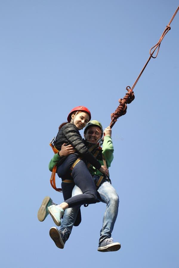 Поскачите с веревочкой любовников стоковая фотография