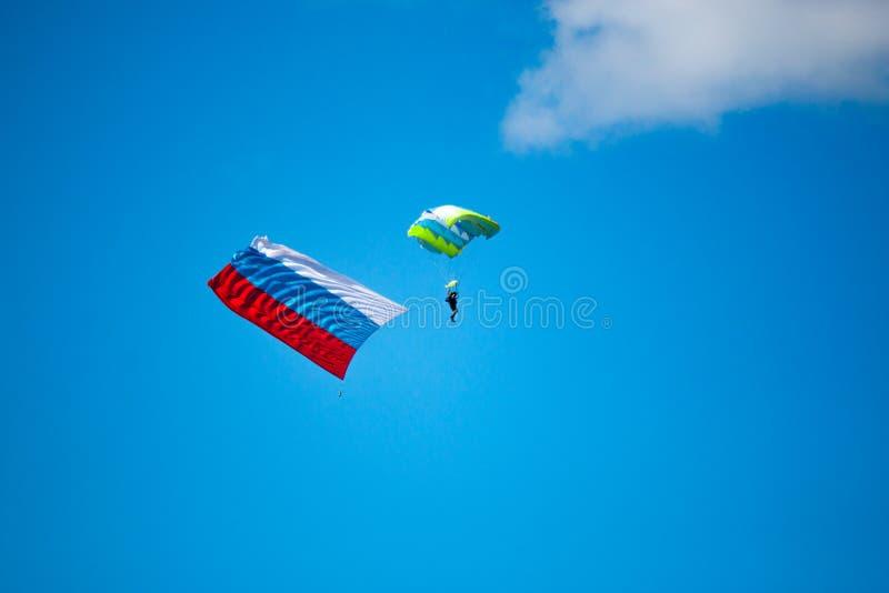 Поскачите parashutist с флагом России стоковые изображения rf
