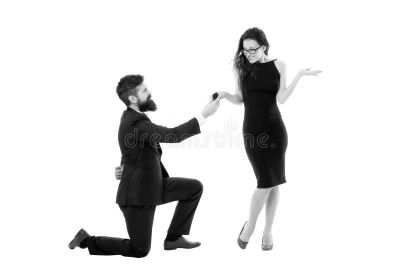 Последнее романтичное на земле Почему получают, что вниз на одном колене предлагают люди Предложение концепции замужества Коробка стоковые изображения rf