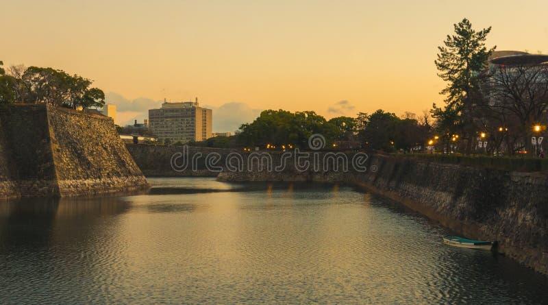 Последний свет дня светит вокруг замка Осака Красивое изображение привлекает людей очень много стоковые изображения