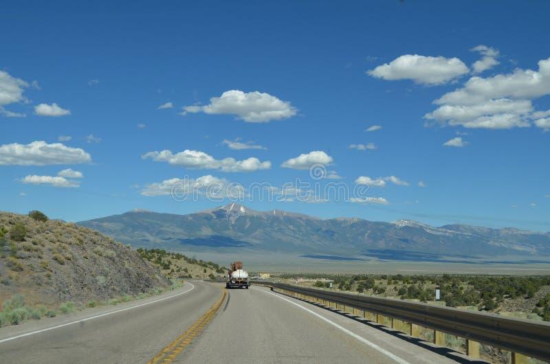 Последняя весна в Неваде: Взгляд Wheeler Peak на дороге к большему национальному парку таза стоковые фото