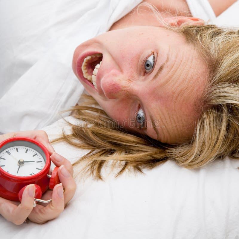 последняя поднимающая вверх просыпая женщина стоковые фото