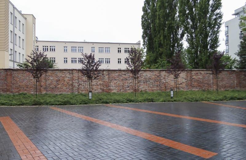 Последняя часть стены гетто Варшавы - 6-ое июля 2015 - Варшава стойки, Польша стоковые фото