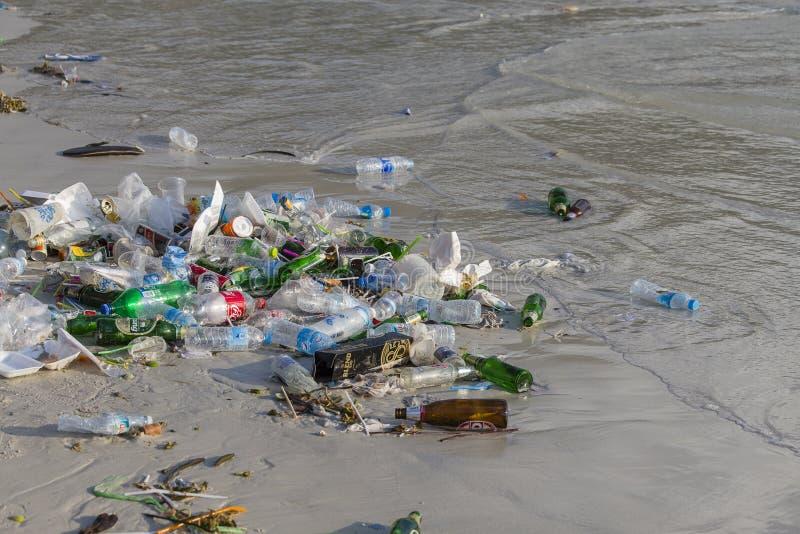 Последствия загрязнения морской воды на Haad Rin приставают к берегу после партии полнолуния на Koh Phangan острова, Таиланде стоковое изображение rf