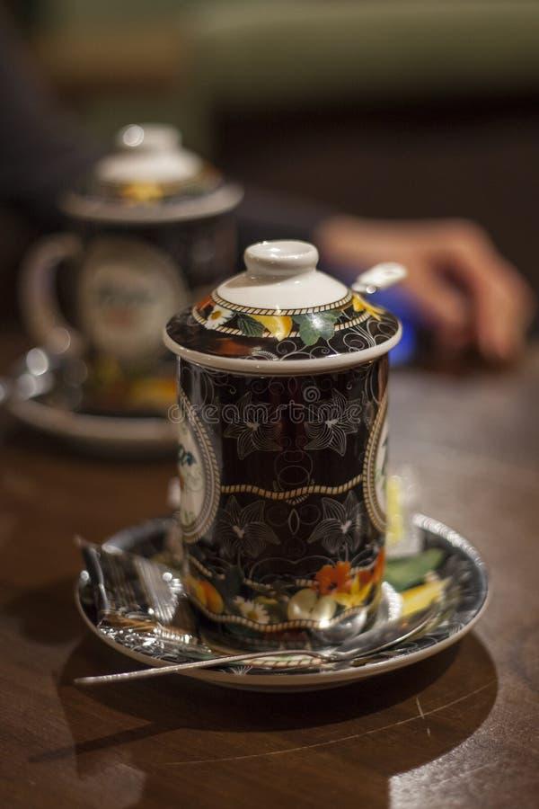 Послеполуденный чай в винтажной чашке стоковые изображения rf