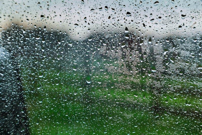 После дождевой воды отбортовывает морося стеклянное окно курорта стоковые фотографии rf