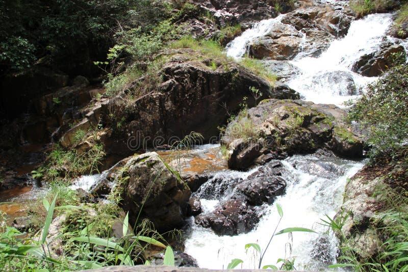 После дождя водопад будет большим и сильным стоковые изображения