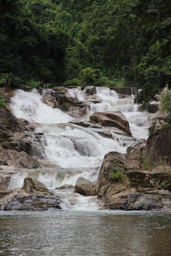 После дождя водопад будет большим и сильным стоковое изображение