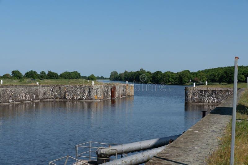 После замка Carnet, на западном конце канала Martiniere, порт доступный к рыбацким лодкам, в зависимости от t стоковое изображение rf