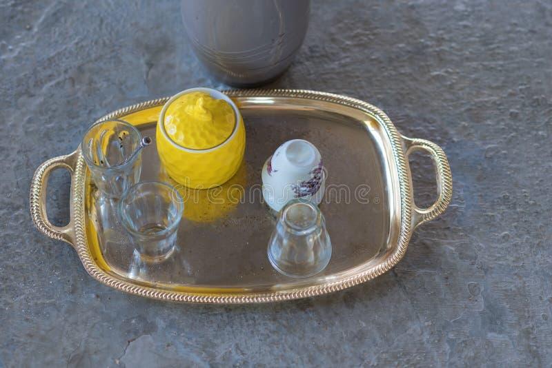 После партии Поднос и пустая грязная кофейная чашка, грязное стекло чая стоковое изображение rf