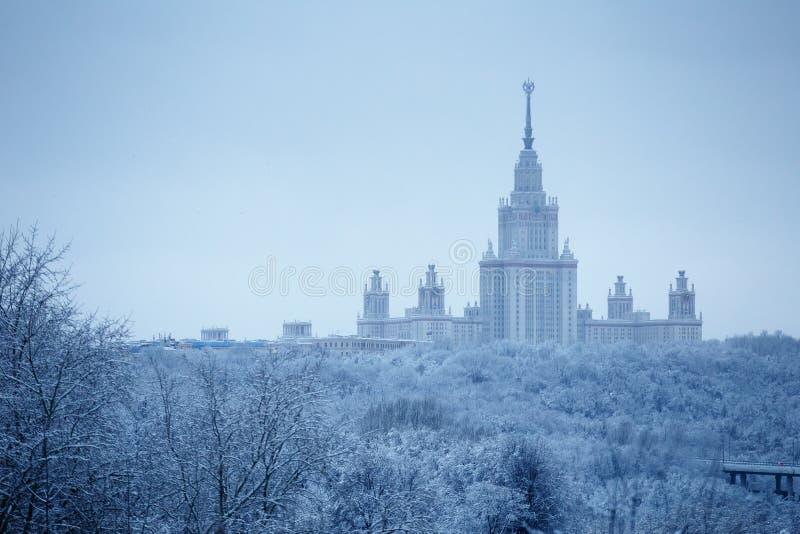 После сильного снегопада в государственном университете и парке Москвы покрытых снег Lomonosov Москвы вокруг его стоковое изображение
