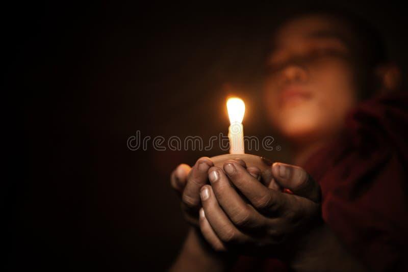 Послушник с светом горящей свечи стоковые изображения