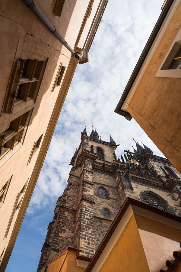 Посмотрите вверх на зданиях в Праге стоковая фотография rf