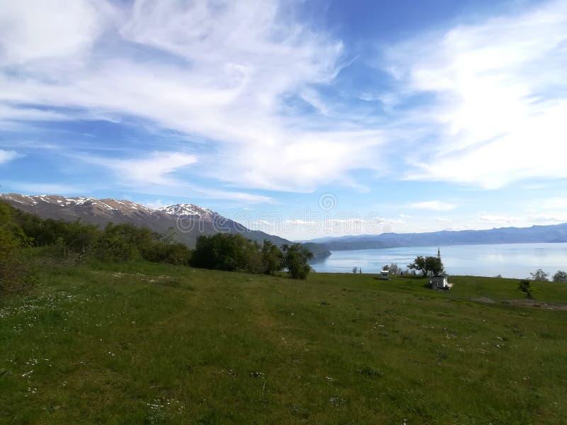 Посмотрите горы и ослабьте стоковое фото