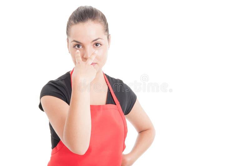 Посмотрите меня жест с молодым женским работником стоковое изображение