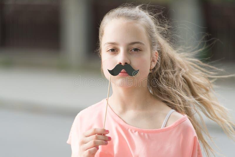 Посмотрите мой усик Утеха счастья и концепция потехи Сторона улыбки длинных волос ребенк счастливая Летние отпуска Потеха и юмор  стоковые фото