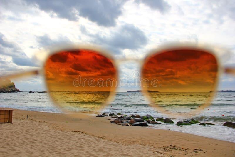 Посмотрите море через стекла солнца стоковая фотография