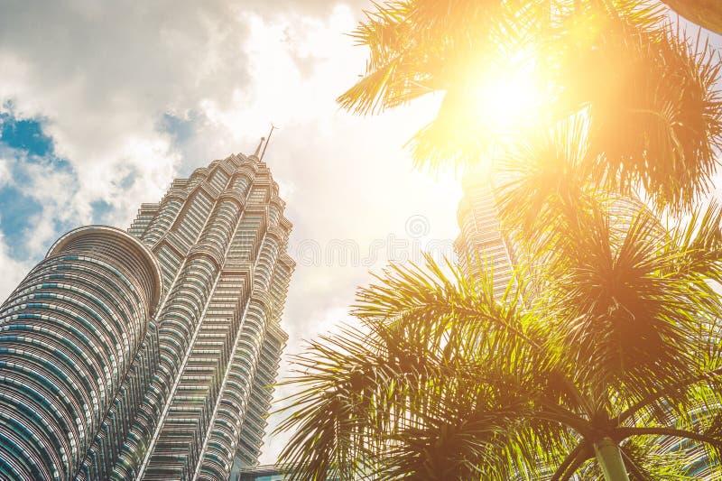 Посмотрите ниже к башням Petronas в Куалае-Лумпур, Малайзии стоковые фото